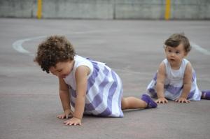 Aprendo a jugar con mi hermanita